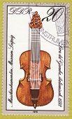 GDR - por volta de 1979: Um selo imprimido na Alemanha Oriental, mostrando a imagem de instrumento musical