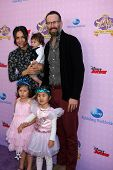 LOS ANGELES - NOV 10:  Jason Lee, family arrives at the