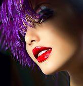 Moda arte retrato com cabelo violeta. Penteado. Mulher do estilo punk. Makeup.Party de férias
