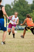 Vrouwelijke vlag voetballer ontwijkt verdedigers