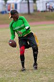 Vrouw speelt Quarterback op Flag Football Team