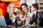 Junge Frauen oder Kollegen im Café oder Restaurant, sie zusammen arbeiten und Spaß haben, sie sind ein zu gehen