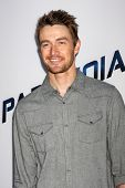 LOS ANGELES - 8 de agosto: Robert Buckley chega à