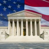 US Supreme Court mit Flagge