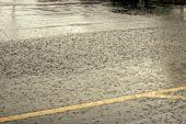 Lluvia torrencial en la calle