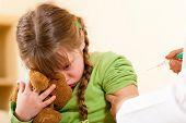 Arzt Kind Kinderarzt Spritze zuweisen