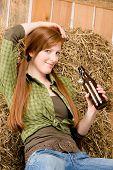 Постер, плакат: Провокационные молодой скотнице пить пиво в сарае