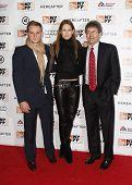 NUEVA YORK - el 10 de octubre: Alan Horn (R), Presidente y CEO de Warner Brothers, asiste a la Premier de