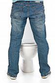 Mann pinkeln auf der Toilette