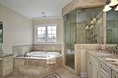 Master-Bad mit großen Glas-Dusche