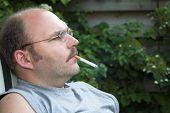Disfrutando de un cigarrillo