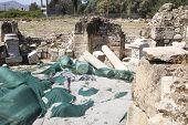Escavações em Mitropoli em Creta perto de Phaistos
