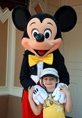 Mickey Mouse e menino na Disneyland California