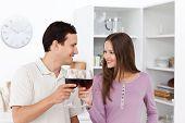 Schönes Paar, geben einen Toast mit Rotwein
