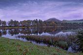 Nebel über Eildon Hügeln und Bowden Loch bei Sonnenaufgang, scottish borders