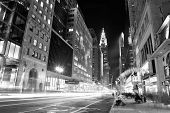 NEW YORK CITY, NY, Verenigde Staten - 30 DEC: Chrysler Building at night met straat op 30 December 2011, nieuwe Yo