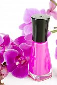 Imagen de esmalte de uñas con orquídeas en fondo