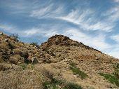 Ladera rocosa con cielo