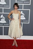 LOS ANGELES - 10 de FEB: Alexa Chung llega a la 55 ª entrega anual del Grammy en el Staples Center en