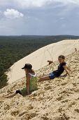 PYLA SUR MER, Frankreich - AUGUST 8: Besucher der berühmten Düne von Pyla, die höchste Sanddüne in E