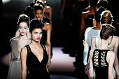 NEW YORK - 12 februari: Model loopt de baan voor de Badgley Mischka collecties Mercedes-Benz Fa