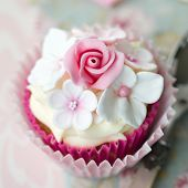 Cupcake decorated with fondant flowers