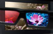 3D Fernsehen. Gläser 3D vor Fernseher.