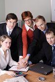 Grupo de 5 pessoas de negócios, trabalhando juntos no escritório.