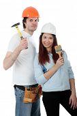 Casal jovem em um construtor de uniforme com ferramentas.