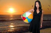 Mulher asiática exploração Beachball
