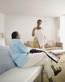 Casal Africano sênior em quarto de hotel