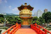 Pavilhão dourado da perfeição em Nan Lian jardim, Hong Kong, China.