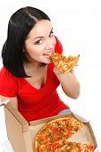 Menina bonita come pizza isolado no branco