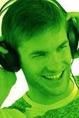 Rapaz em fones de ouvido para a música