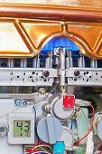 Aquecedor de água gás com a caixa removida para pesquisa e chama ardente