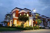 Ein Luxus-Eckhaus bei Sonnenuntergang