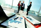 Imagen de documentos de negocios en el lugar de trabajo con tres socios interactuando sobre fondo