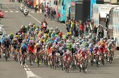 BARCELONA - el 24 de marzo: Paquete de la atracción de los ciclistas durante la carrera de ciclismo del Tour de Cataluña a través de t