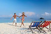 Junge glückliches Paar, die Spaß am weißen Strand ein tropisches resort