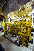 O grande e poderoso motor de diesel de um rebocador