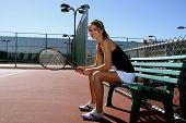 Постер, плакат: Женский теннисный игрок отдыхает между теннис матчи