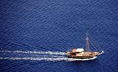 Vista aérea de un pequeño yate de crucero en el Mediterráneo