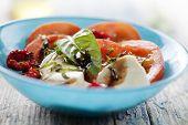 Постер, плакат: крупным планом салат с помидорами базилик сыр моцарелла вялеными томатами и бальзамический vinegear