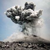 Anak Krakatau em erupção