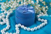 Bloemen en verlovingsring op blauw doek