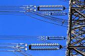 Pilar eléctrico de alto voltaje. Closeup de aisladores. Fondo de cielo