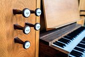 pic of pipe organ  - Pipe organ keyboard - JPG