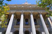 Mercado de valores de la bolsa de Madrid en fachada con columnas de piedra de España