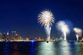 4 Juli vuurwerk show van New York City met skyline van Manhattan midtown over rivier de Hudson.