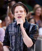 NOVA YORK-19 de julho: Patrick Stump do Fall Out Boy executa na NBC Today Show no Rockefeller Plaza em